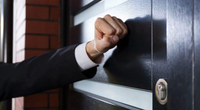 Имеют ли право коллекторы приезжать домой к должнику
